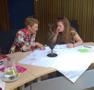 Voorzitster Annelien de Winter (L) met journaliste