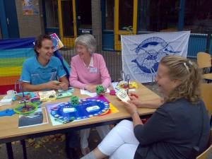 Helena Imminga-Berends en Jelle Vosselman demonstreren het budgetspel op een wijkfeest